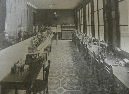 Laboratorio de Pujiula en la Sociedad Médico-Farmacéutica de los Santos Cosme y Damián. Folleto propagandístico de los años 30. Fuente: AHSIC