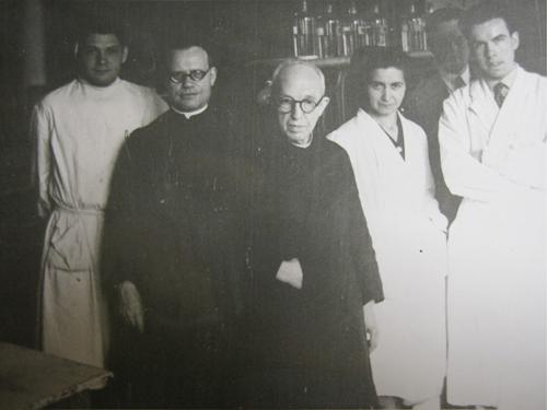 El anciano Pujiula con Puiggrós y unos alumnos en el curso de fermentaciones de 1951. Fuente: AHSIC.