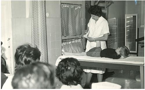 Alumnas recibiendo una clase práctica